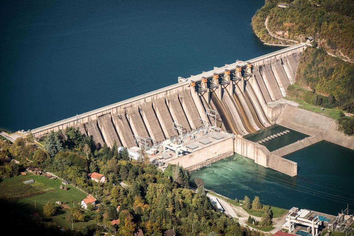 Barajlı hidroelektrik santrallerinde akarsuyun önü bir baraj ile kapatılır.