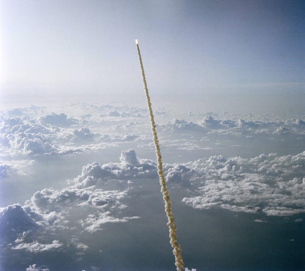 28 Ocak 1986'da Challenger uzay mekiği kalkıştan 73 saniye sonra yakıt sızıntısı sonucu infilak etmiş ve yedi astronot hayatını kaybetmişti.