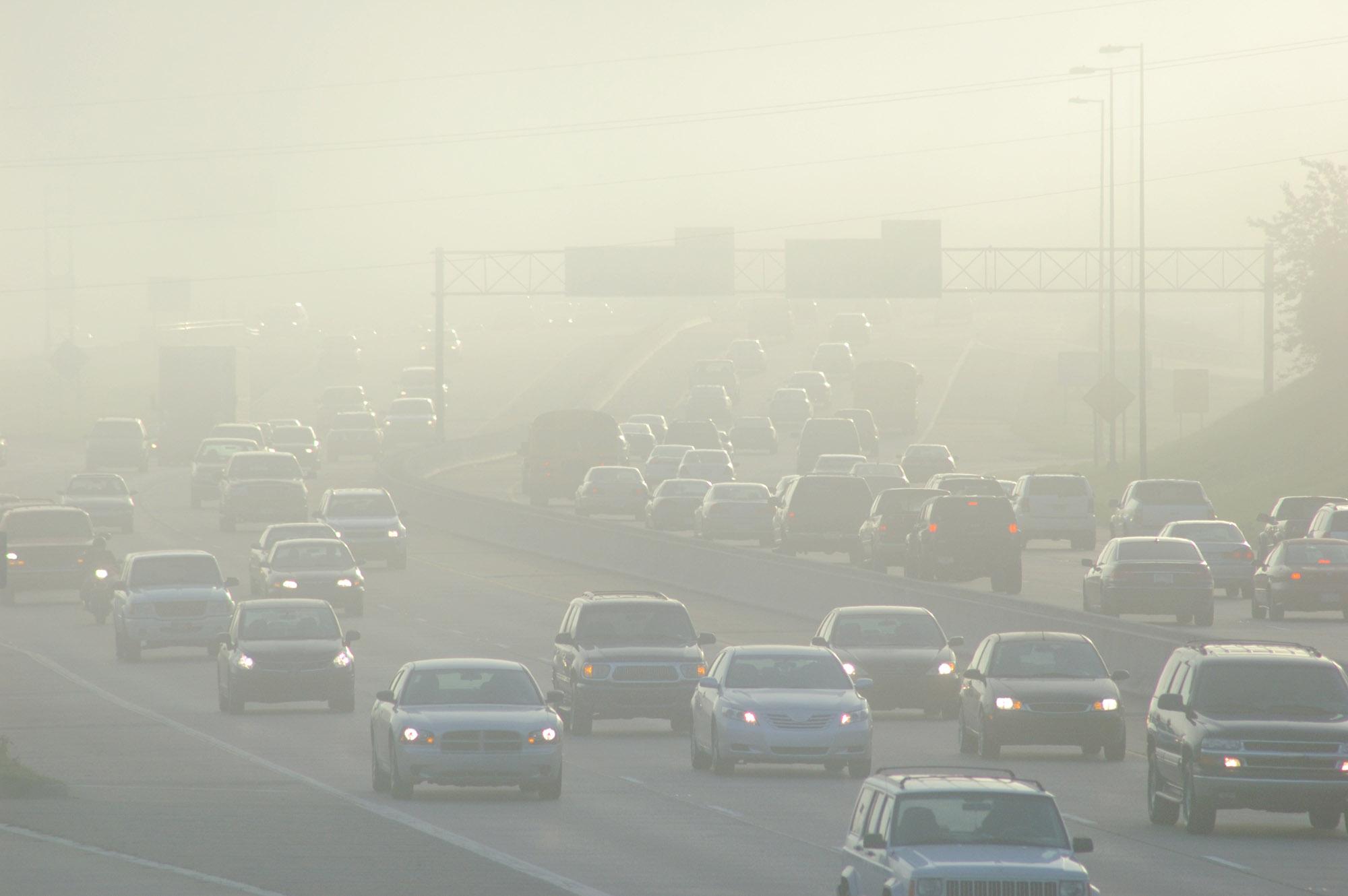 Motorlu taşıtlardan yayılan egzoz dumanı, yeryüzündeki ozon moleküllerinin en önemli kaynaklarından biridir.