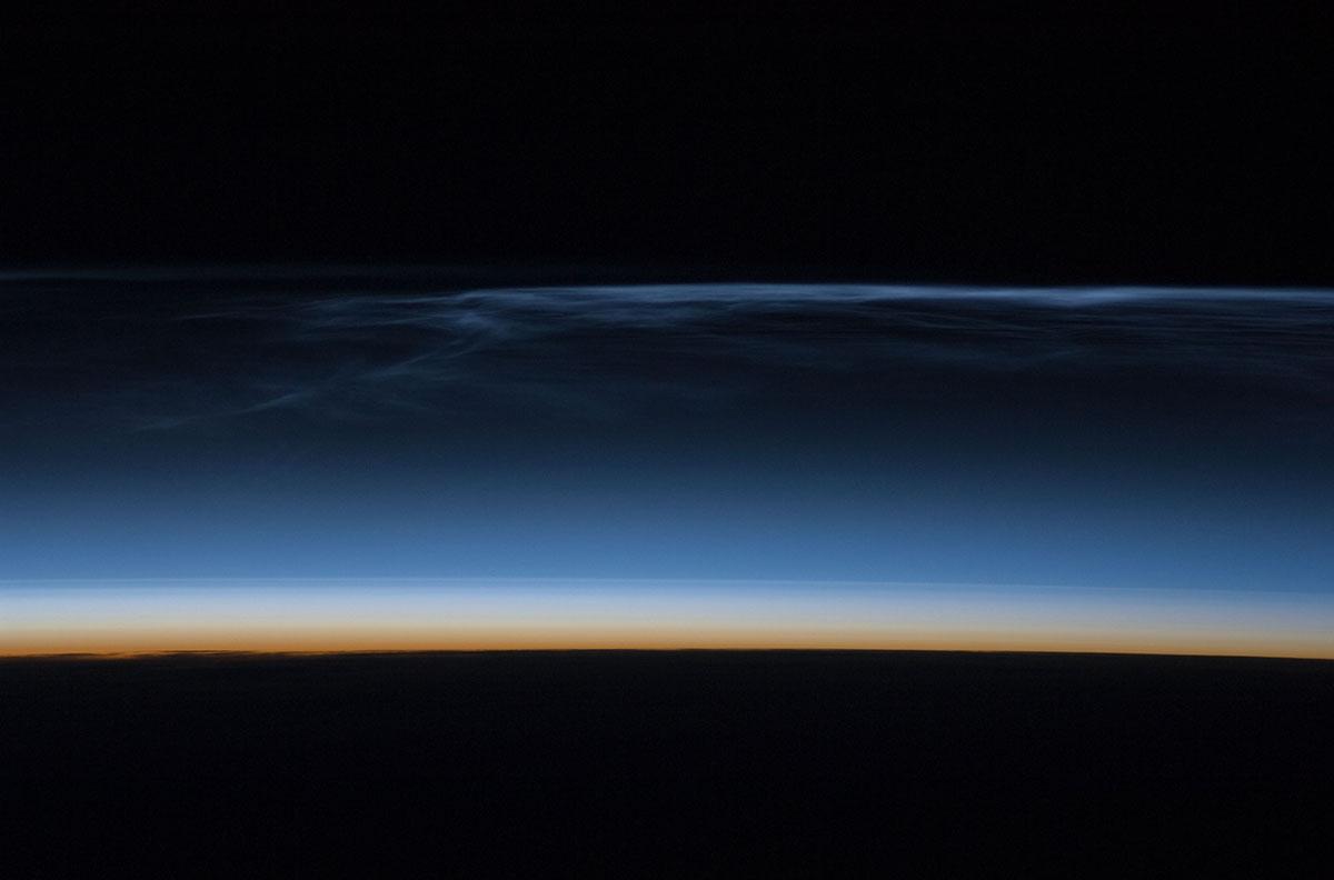 ISS'den gece parlayan bulutlar