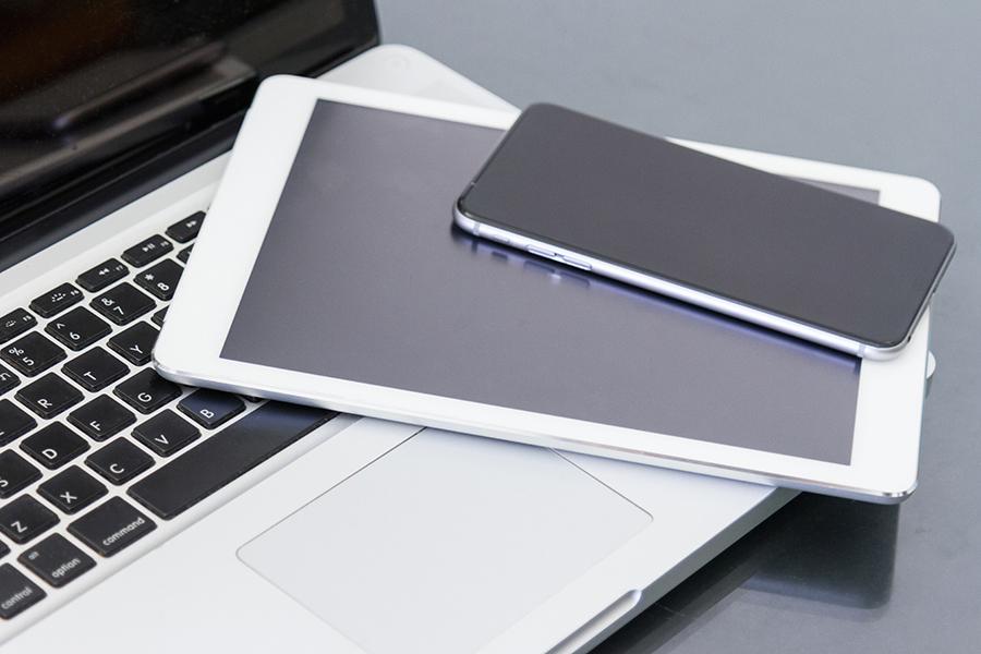Taşınabilir cihazlarda tekrar şarj edilebilir lityum iyon bataryalar kullanılır.
