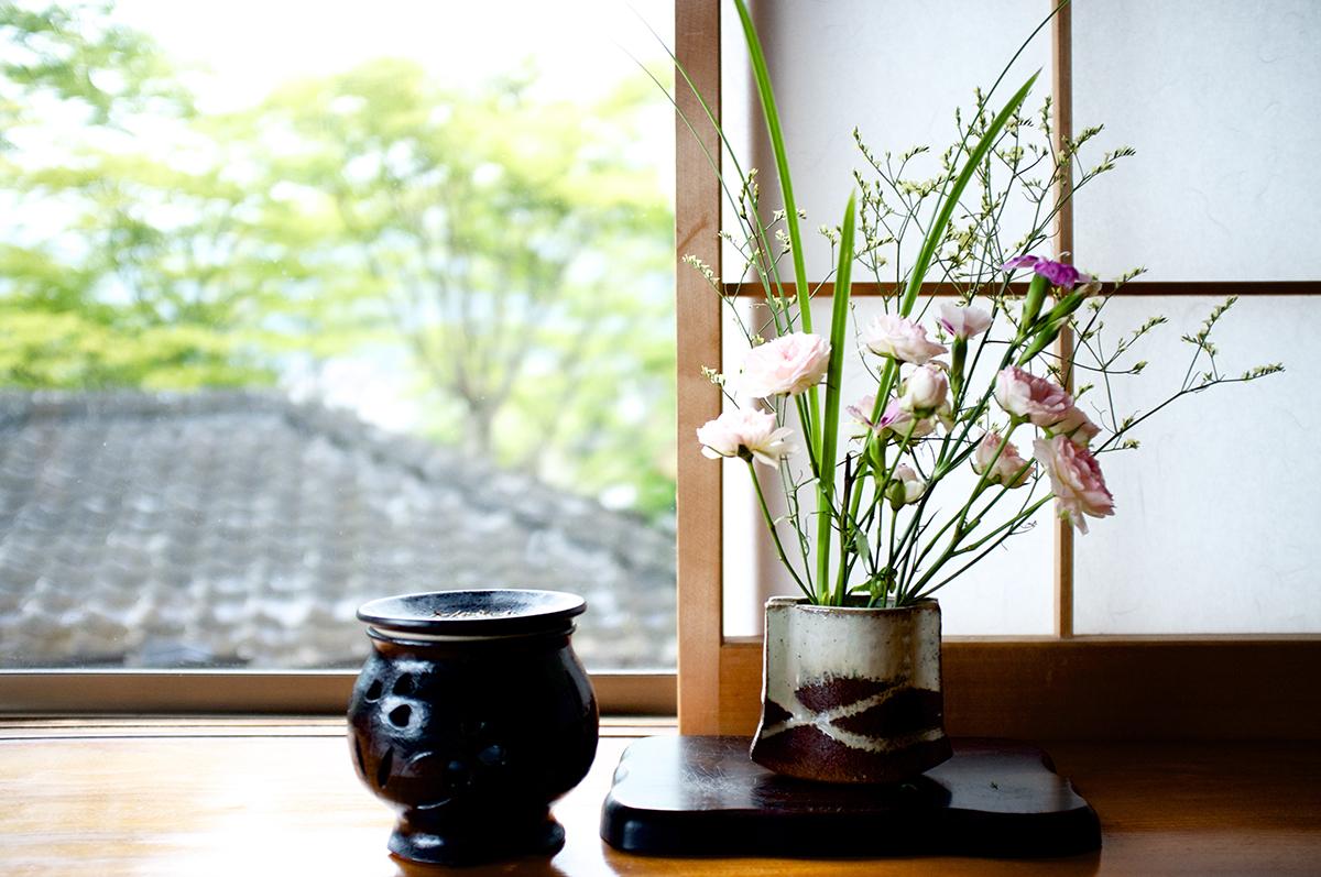 İkebana sanatında çiçeklerle birlikte çeşitli bitkilerin dalları ve yaprakları da kullanılır.
