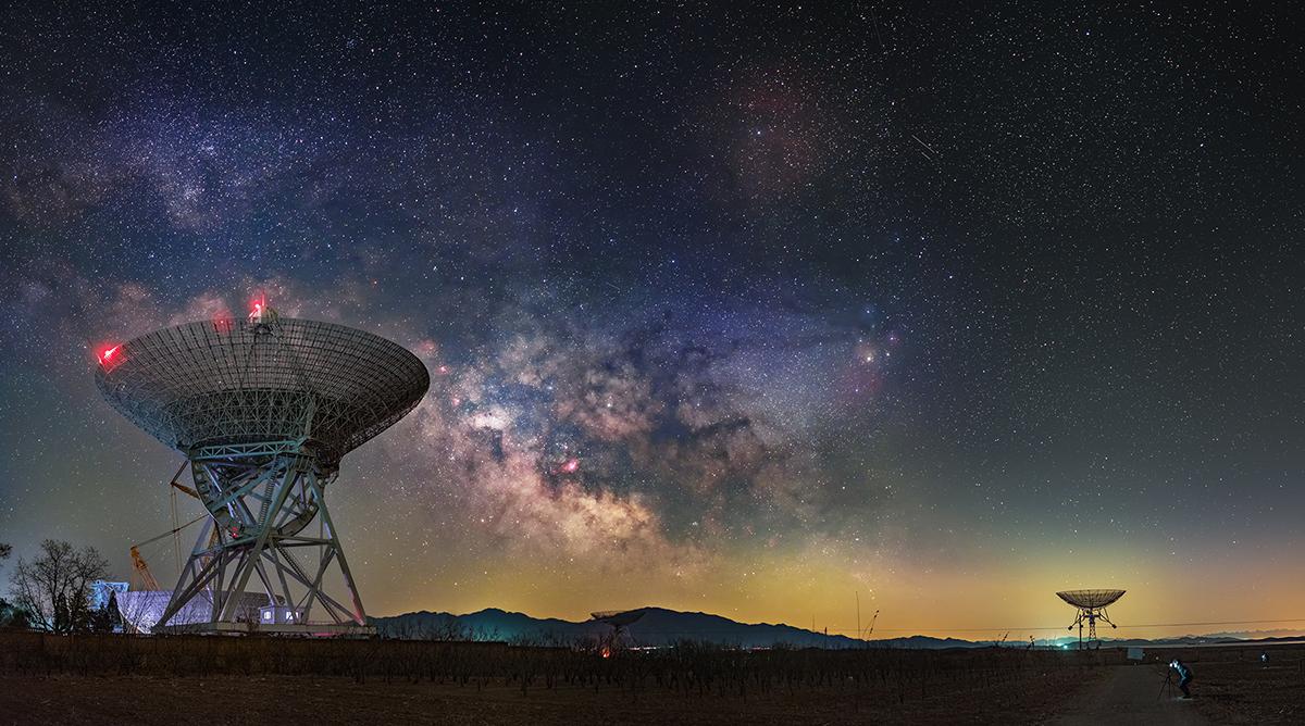 Uzay araçları tarafından gönderilen sinyaller Dünya üzerinde kurulu devasa antenler tarafından algılanır.