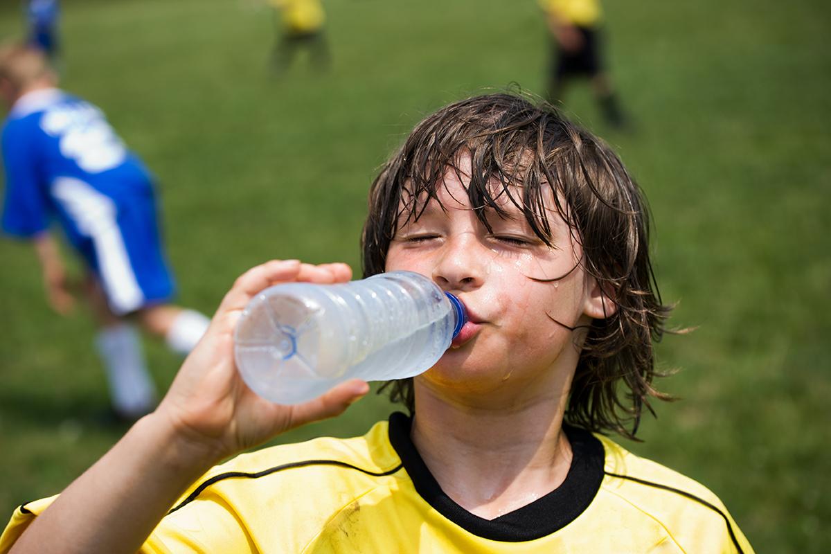 Sıcak çarpmasından korunmak için yeterli su tüketmek hayli önemlidir.